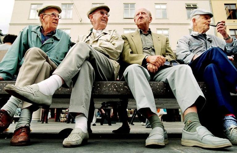 Bergen: En annerledes storbyguide. Fire eldre menn pen benk. F.v.: Oskar Edvardsen, Odd Mjelva, Johs. Berentsen og Arthur Liland.